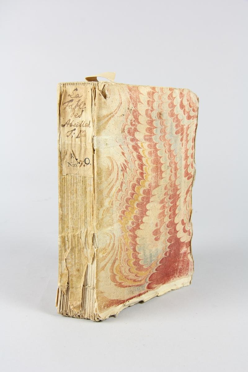 """Bok, häftad, """"La fable des abeilles, ou les fripons"""", del 1, tryckt i London 1740. Pärm av marmorerat papper, oskurna snitt. På ryggen klistrade pappersetiketter med volymens namn och samlingsnummer. Ryggen blekt."""