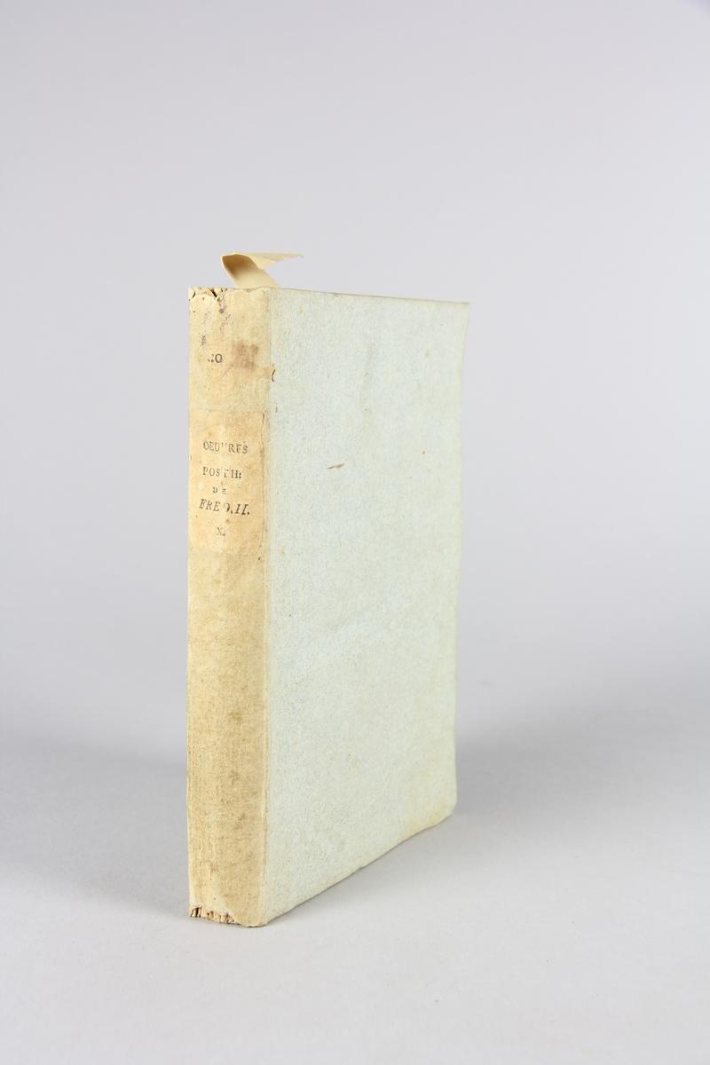 """Bok, häftad, """"Oeuvres posthumes de Frederic II, roi de Prusse"""", del 10. Pärmar av grågrön papp, skuret snitt. Samlingsnummer samt etikett med titel."""