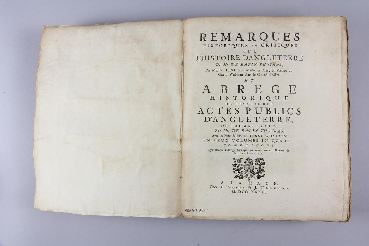"""Bok, häftad, """"Remarques historiques et critiques sur l'histoire d'Angleterre"""" del 2.. Pärmar av marmorerat papper, oskuret snitt. Blekt rygg med etikett med samlingsnummer."""