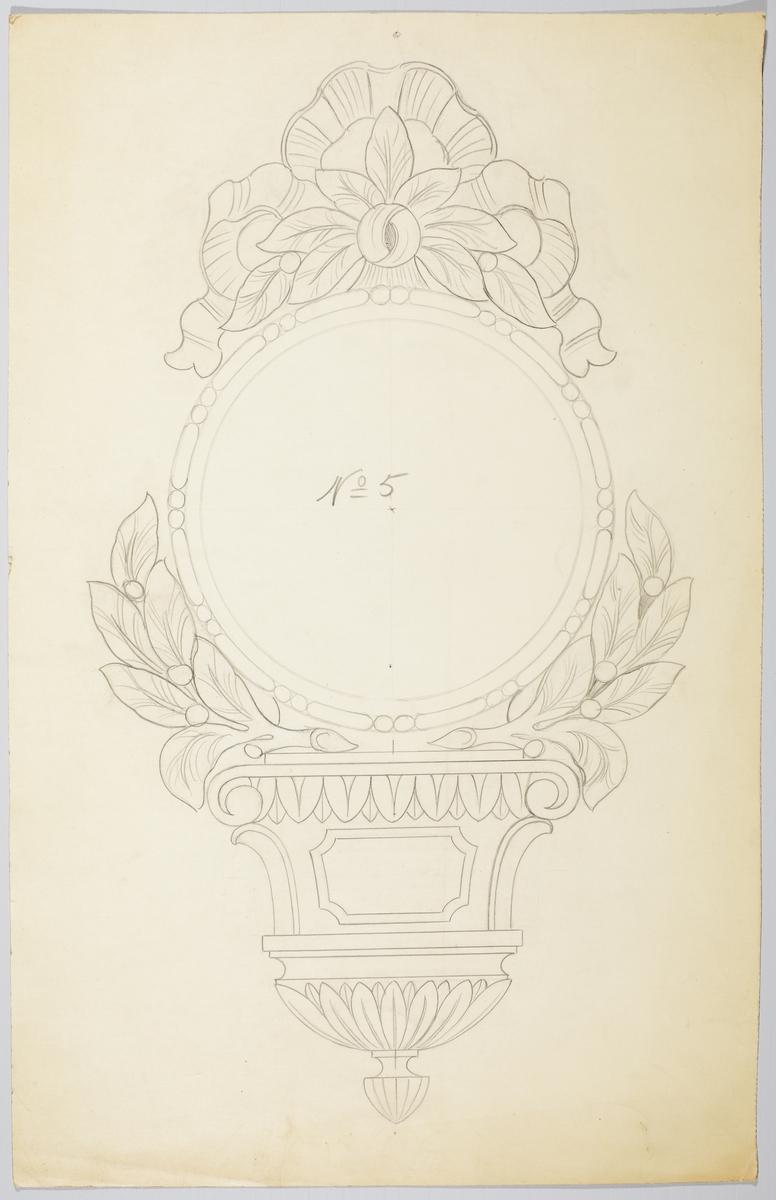 Blyertsteckning på smörpapper. Föreställer fodral till väggur (pendyl). Snidad dekor i rokokostil (?) med lagerblad, bladverk m.m. På baksidan överdelen av ett väggur med dekor i gustaviansk stil (överdelen till skissen på baksidan av M 67354).  Ej signerad.