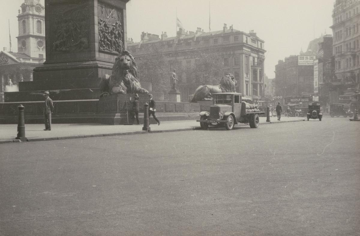 Lastbil med Hesselmanmotor, vid Trafalgar Square, London.