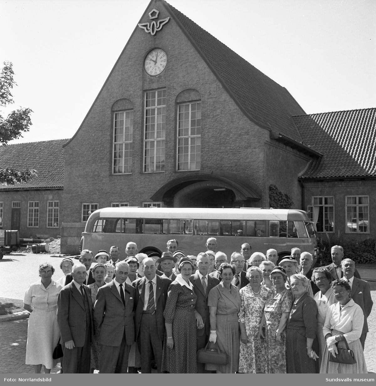 Järnvägspensionärerna är samlade vid centralstationen för en utflykt med buss.