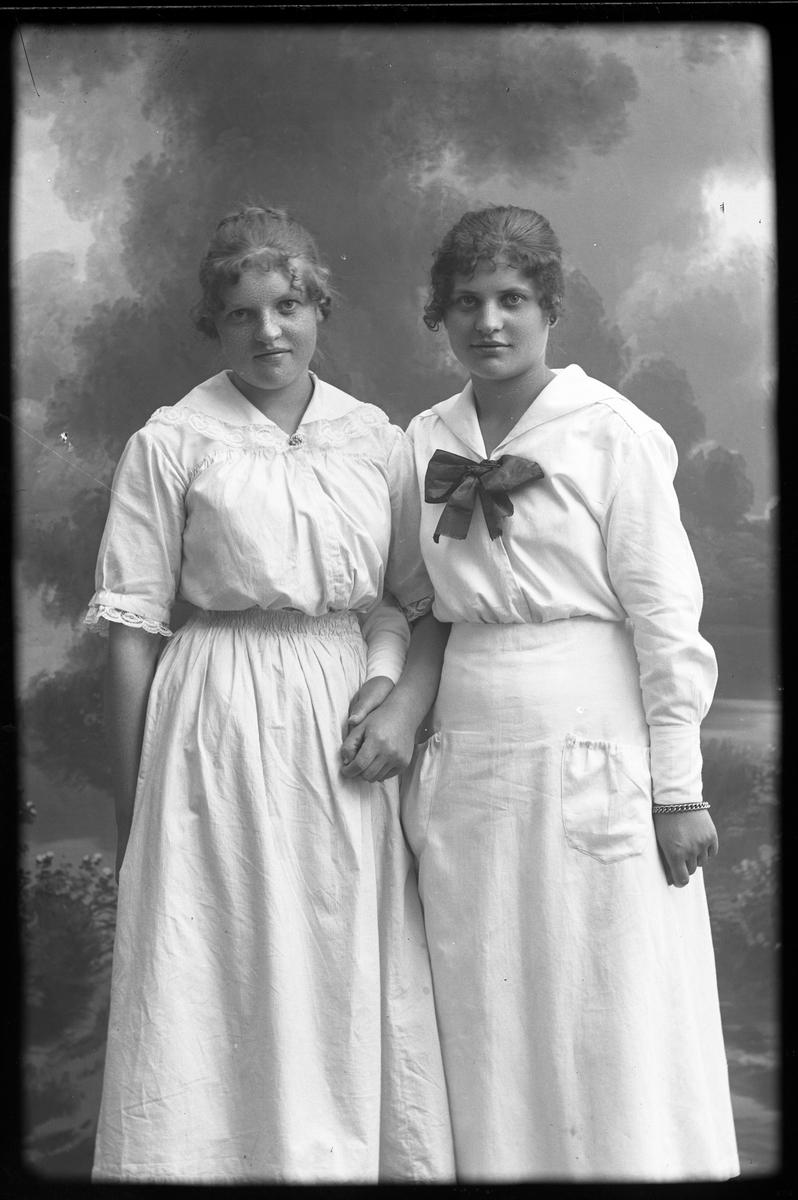 Porträtt av Vivan Hedlund hand i hand med sin syster.