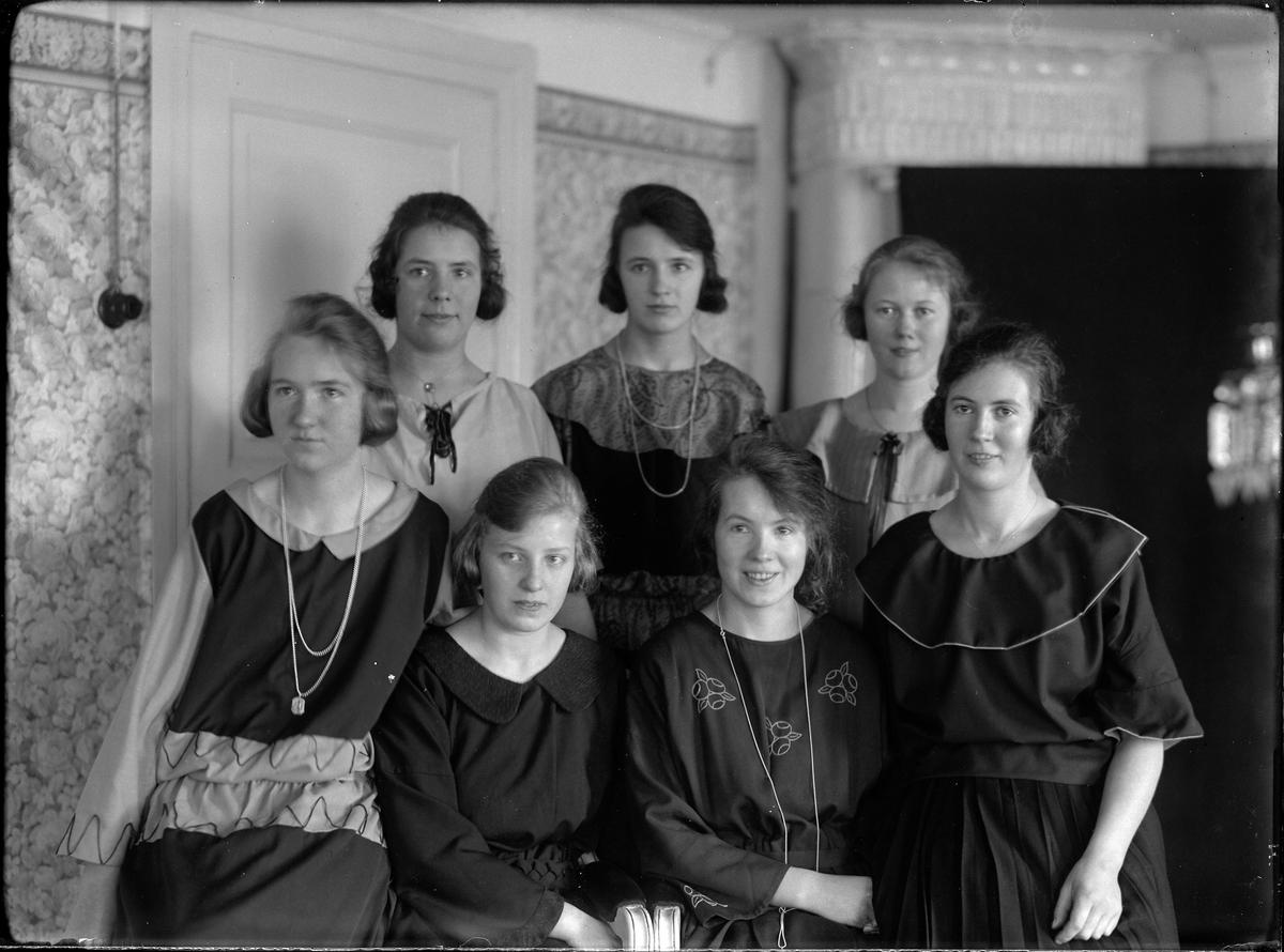 Gruppbild med sju unga kvinnor. I översta raden, längst till höger står Lilly Johansson och näst längst till höger på raden under sitter Lisa (efternamn okänt).