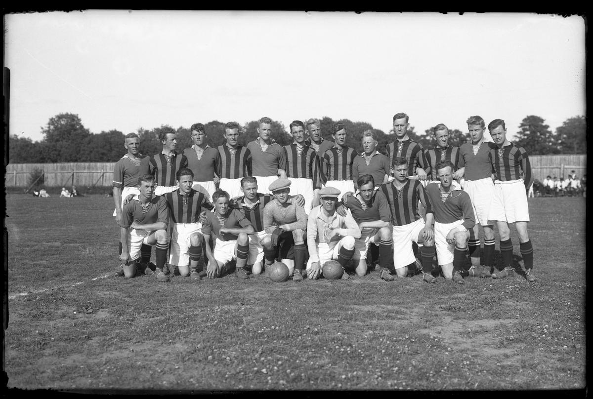 Alingsås Idrottsförenings första lag och GAIS uppställda på fotbollsplan.