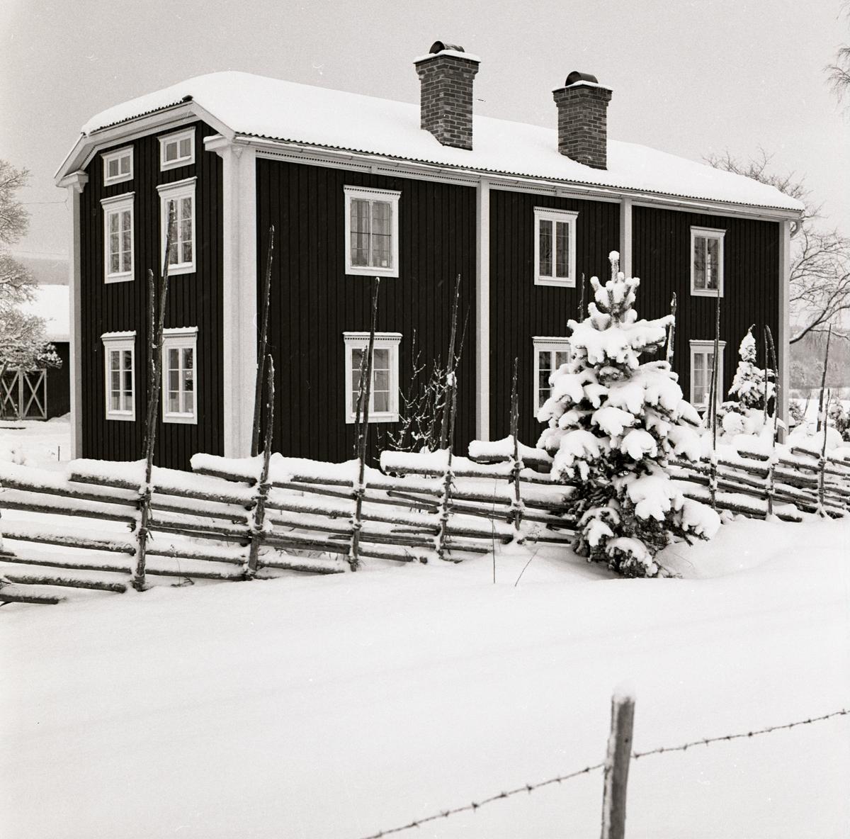 Gården Sunnanåker i vinterskrud, januari 1970