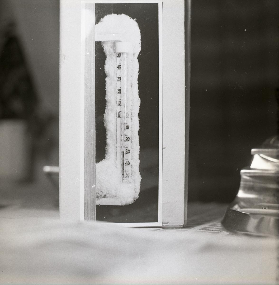 Översnöad termometer som visar -28 grader, 1966.