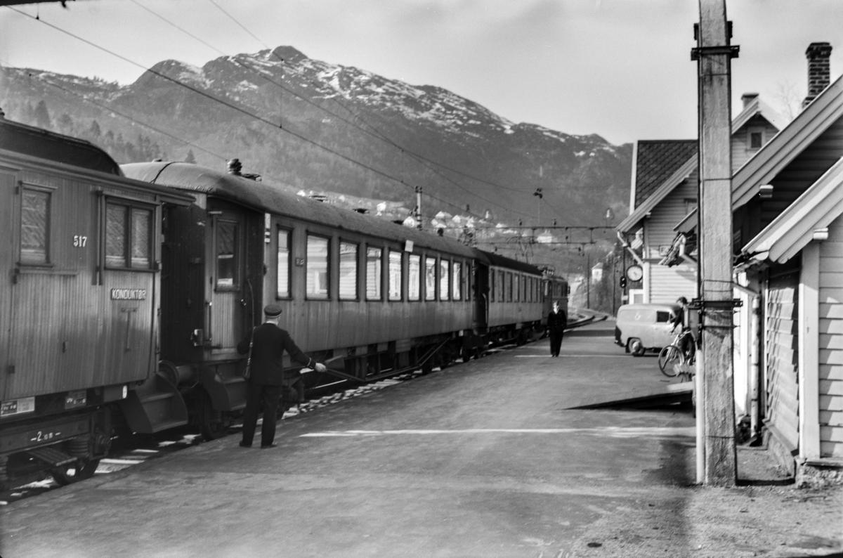 Persontog til Bergen, tog 653, på Fjøsanger stasjon. Toget trekkes av elektrisk lokomotiv type El 11.