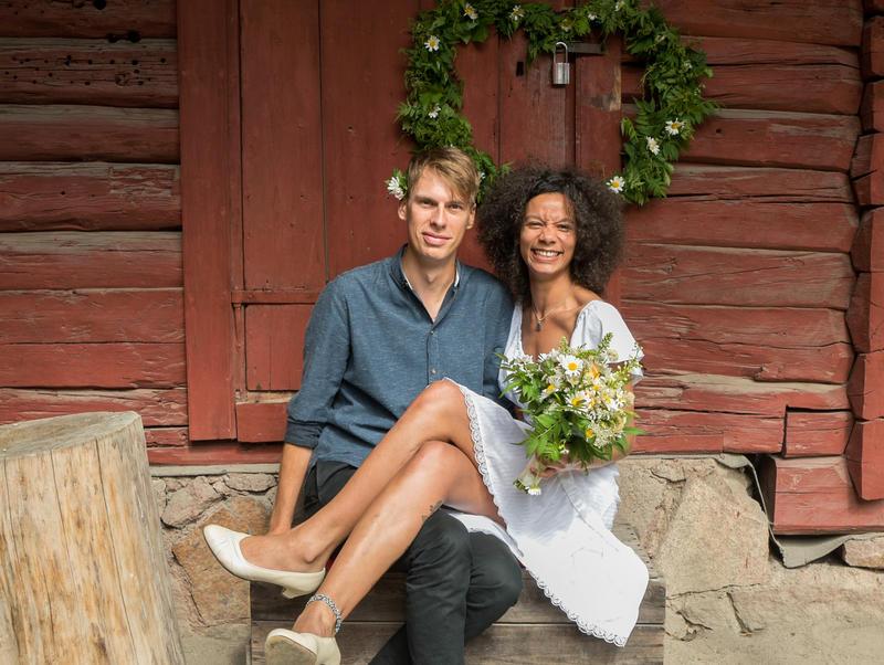 Tidenes bryllup på Norsk Folkemuseum, brudepar i Chrystiegården