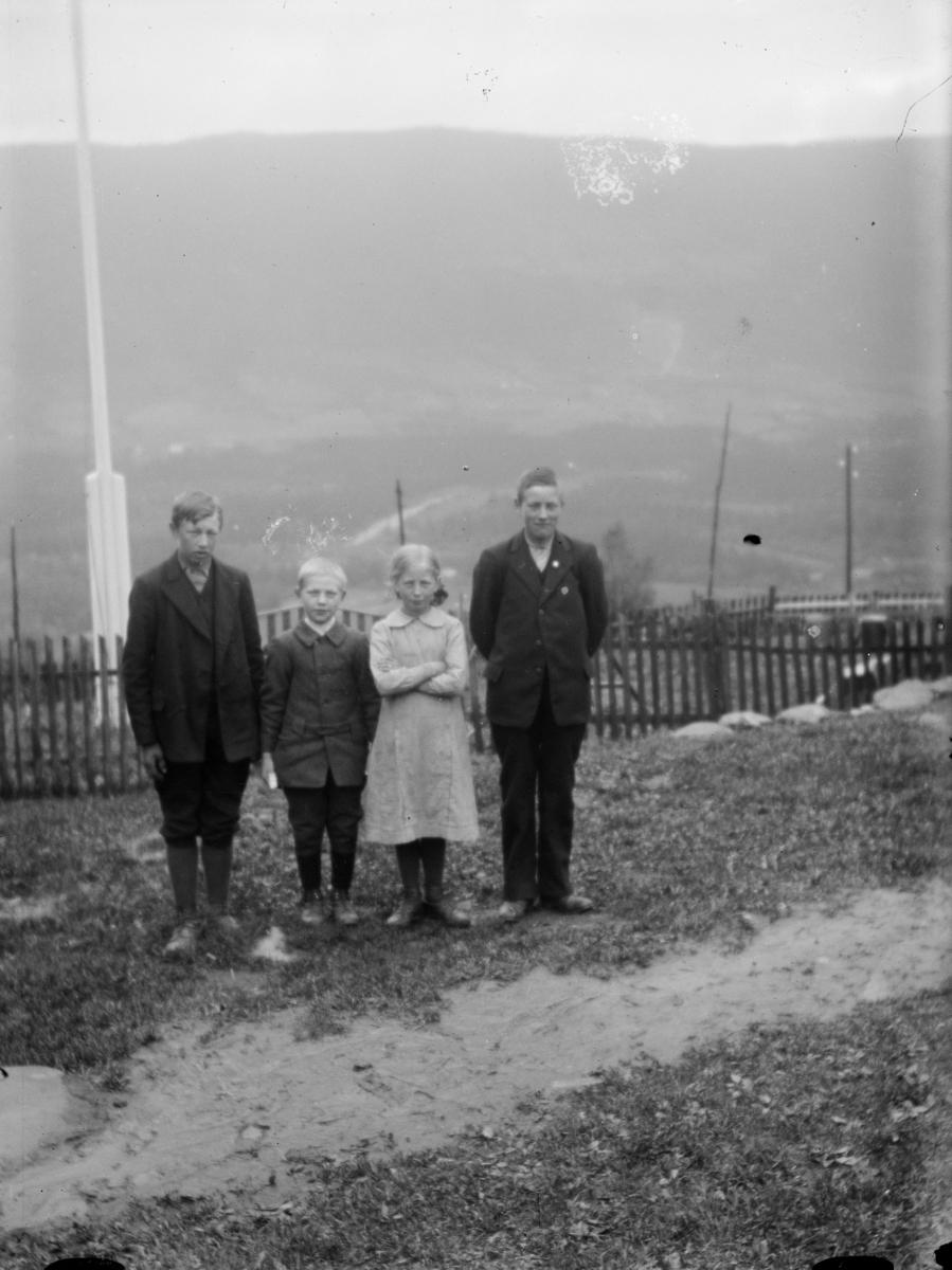 Gruppebilde av fire barn, muligens i Follebu