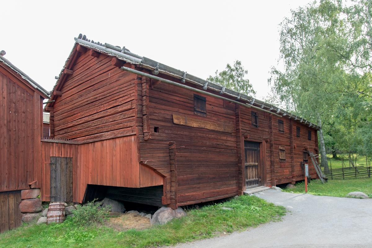 Logen på Delsbogården är timrad i en och en halv våning, målad med röd slamfärg. Taket är ett sadeltak, med tätskikt av näver samt takved.   Logen kommer från Edsängs by, Delsbo socken i Hälsingland. Den uppfördes på Skansen under åren 1939-1940.