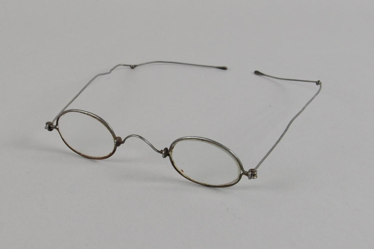 Ovale brilleglass med metallinnfatning.