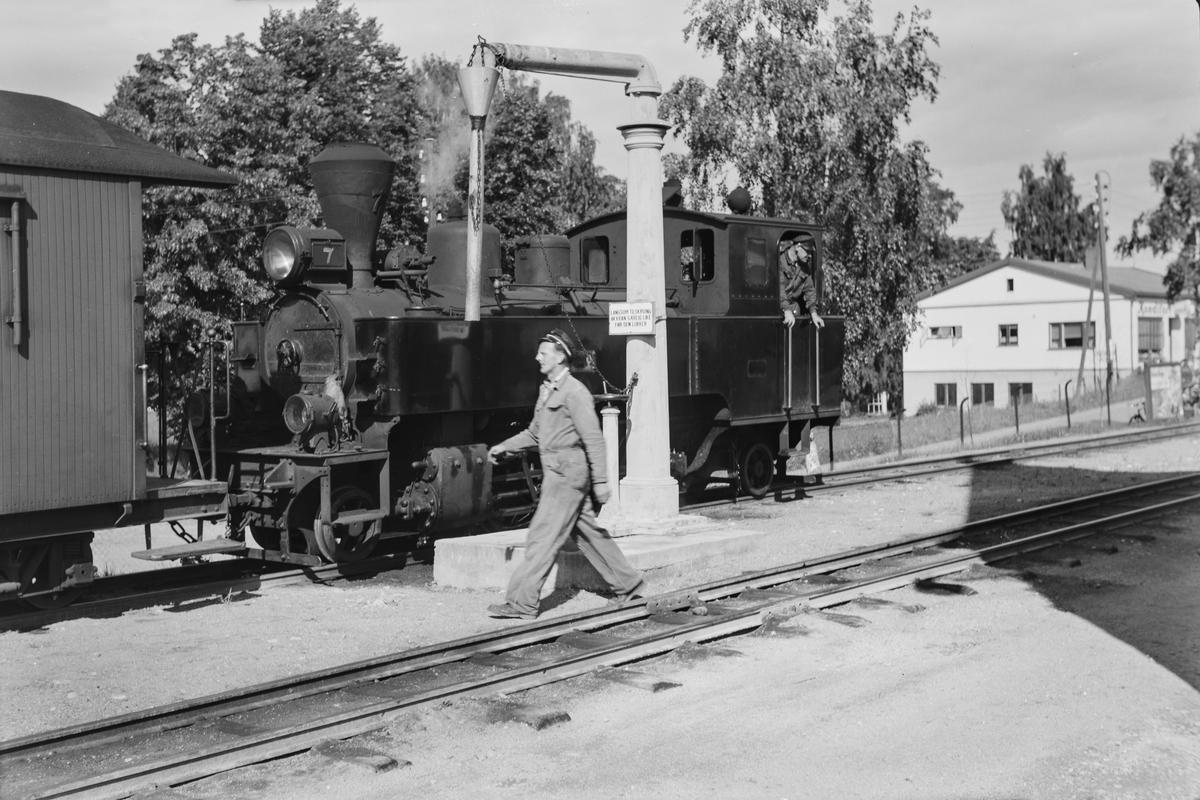 OVannfylling på damplokomotiv type XXIXb nr. 7 Prydz på Sørumsand. Oppsamlingstog Bjørkelangen - Sørumsand har ankommet Sørumsand, og klargjøres før retur til Bjørkelangen. Vannfylling.