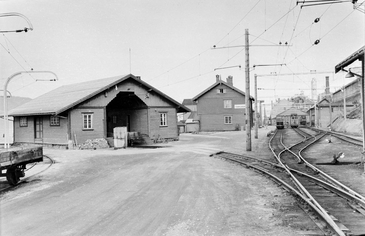 Stasjonsområdet på Thamshavn stasjon. Godshuset til venstre, stasjonsbygningen i bakgrunnen.