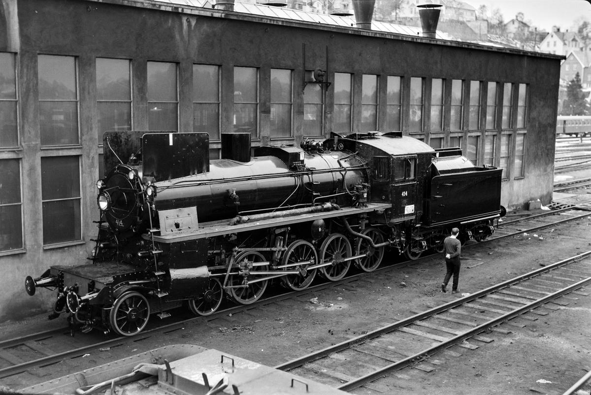 Nymalt og nyrevidert damplokomotiv type 26c nr. 414 på Marienborg.