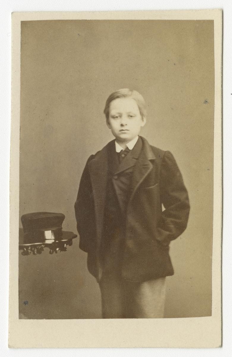 Porträtt av Axel Gabriel Leijonhufvud, sedemera officer vid Livregementets dragoner K 2.  Se även bild AMA.0007829, AMA.0007832, AMA.0007855, AMA.0007900, AMA.0021847 och AMA.0021878.