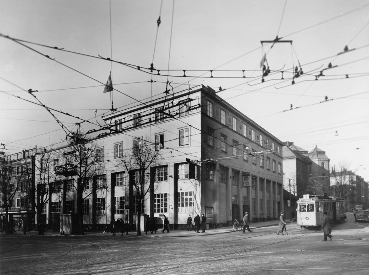 Postkontoret, Stockholm 6, Dalagatan 13. Fasaden åt Dalagatan med entrén till höger och till vänster åt Odengatan med personalingång. Postverkets fastighet i kvarteret Resedan.