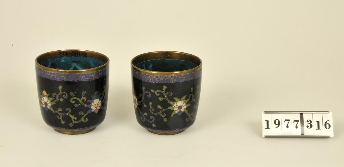 Prydda med mässingsinläggningar och emaljerad blomster- dekor i flera färger. Invändigt emaljerade i blågrön färg.  Orientaliskt arbete.