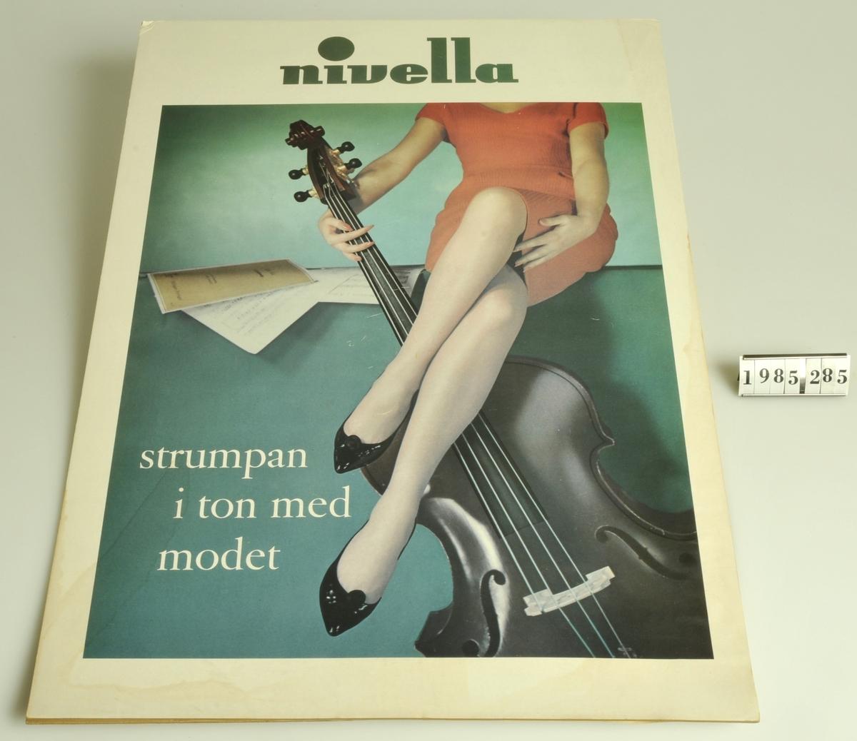 """Text: """"Nivella strumpan i ton med modet"""".  Motiv: Kvinna:: kontrabas och notblad."""