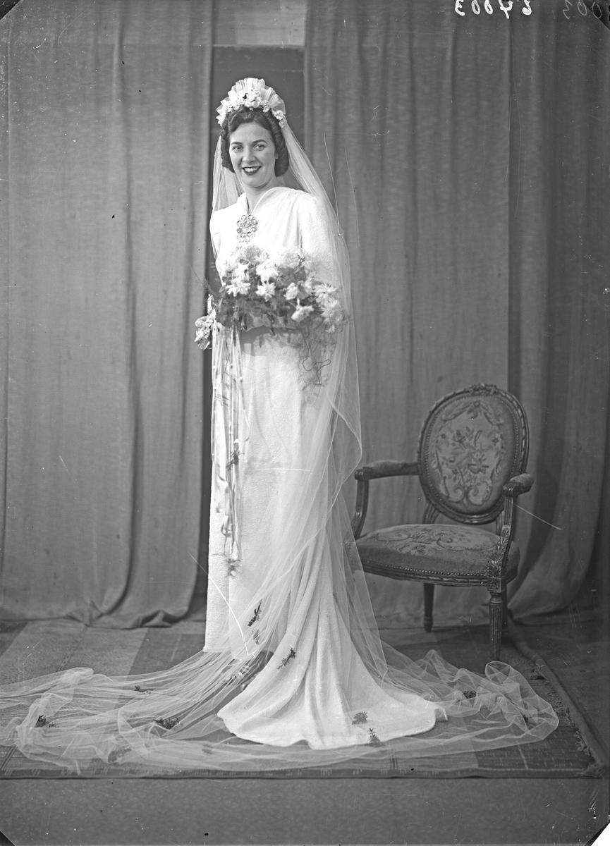 Portrett. Brudebilde. Ung kvinne i hvit brudekjole med slør. Brud. Bestilt av Audun Kvale. Hordalandsgt.