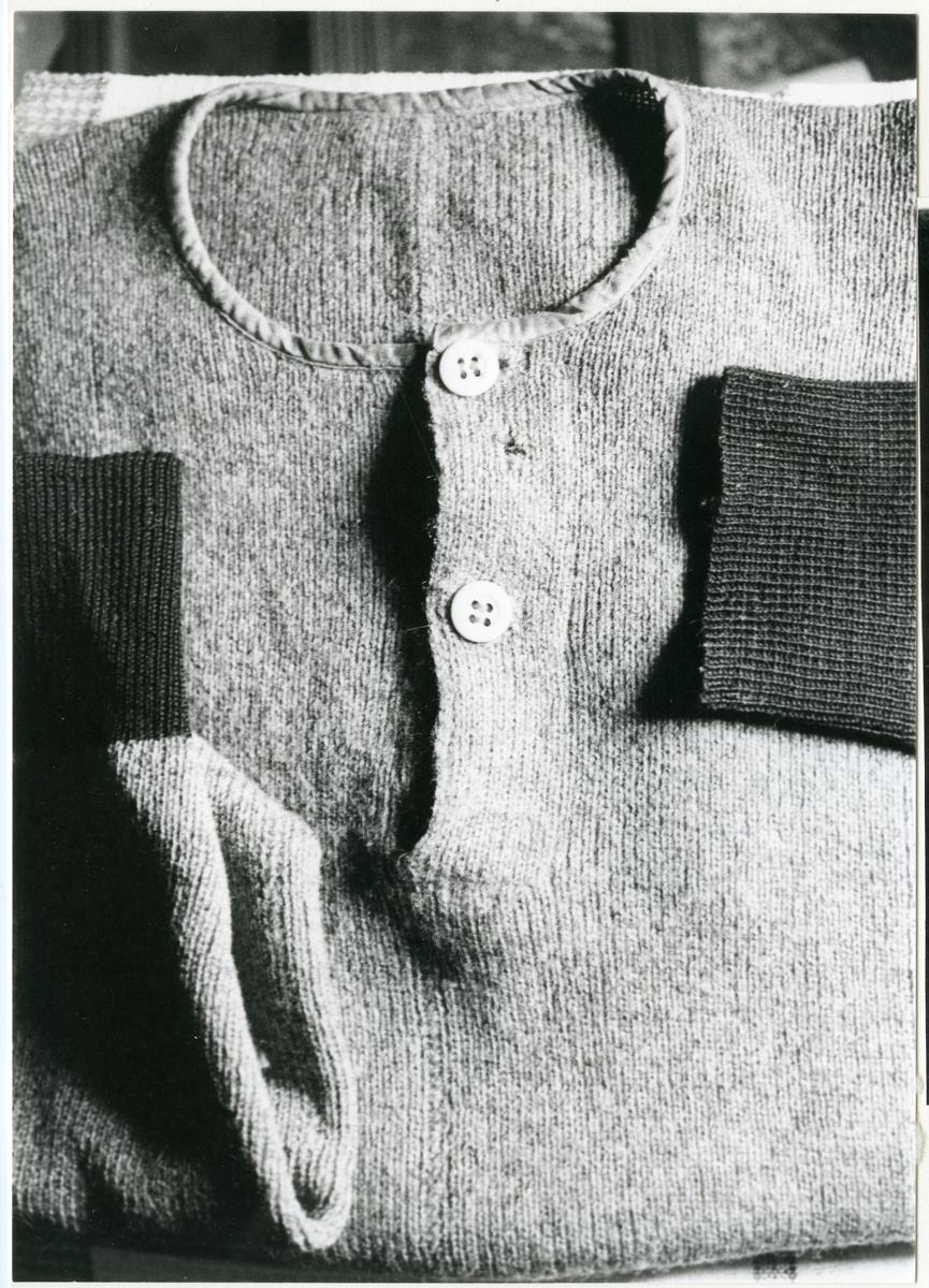 """Fläckebo sn.  Undertröja för man. Resårstickad på maskin. (Tröjan är ett beställningsarbete från 1930-talet av """"Stick-Anna"""", som i sitt hem stickade på beställning). Hemslöjdsinventering 1979.  Se Västmanlands Fornminnesförenings årsbok 1981 sid 14-34."""