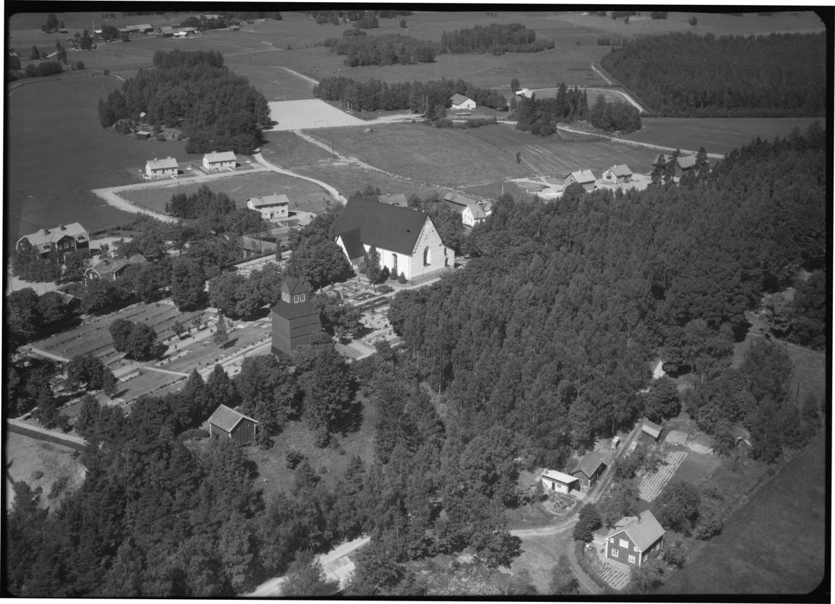 Flygfoto över Möklinta kyrka, Möklinta. Tagen 1959 av AB Flygtrafik Dals Långed.