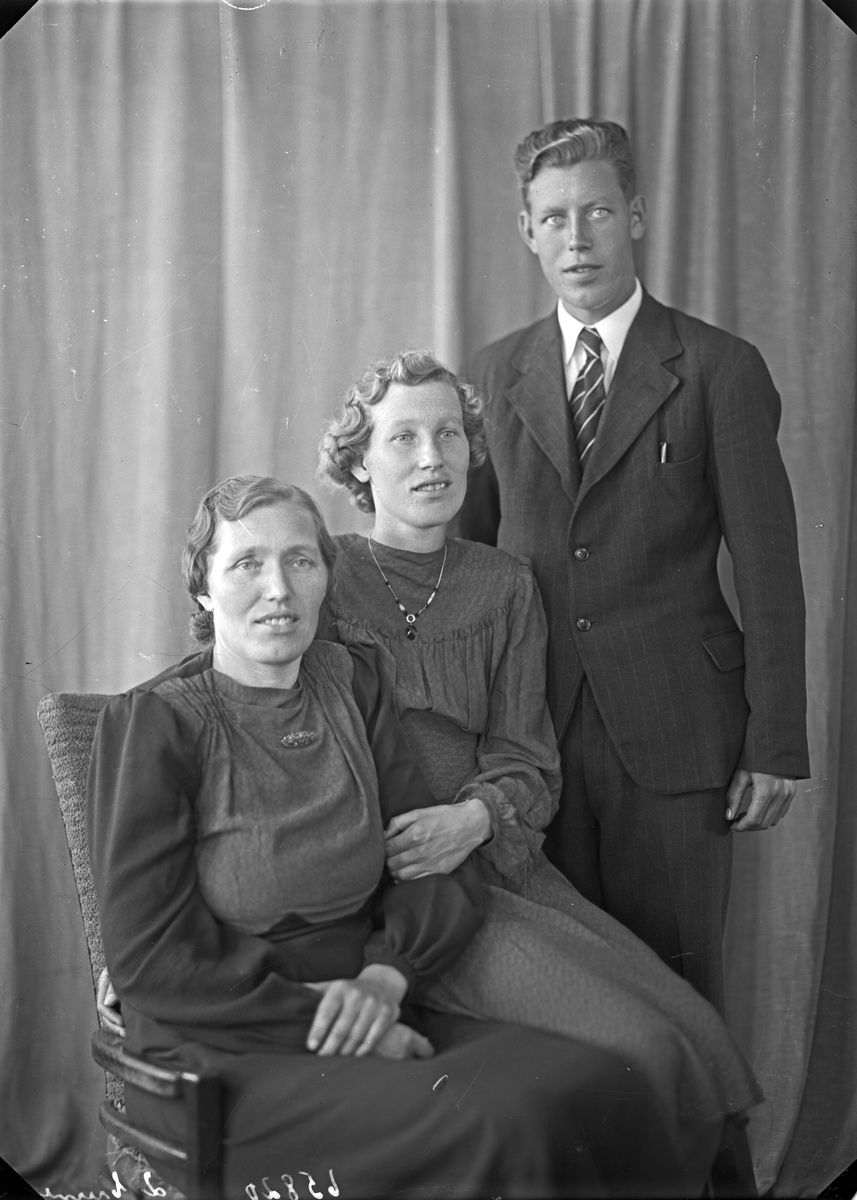 Gruppebilde. Familiegruppe på tre. Ung kvinne, kvinne og ung mann. Bestilt av Anna Næss. Våga. Sveio.