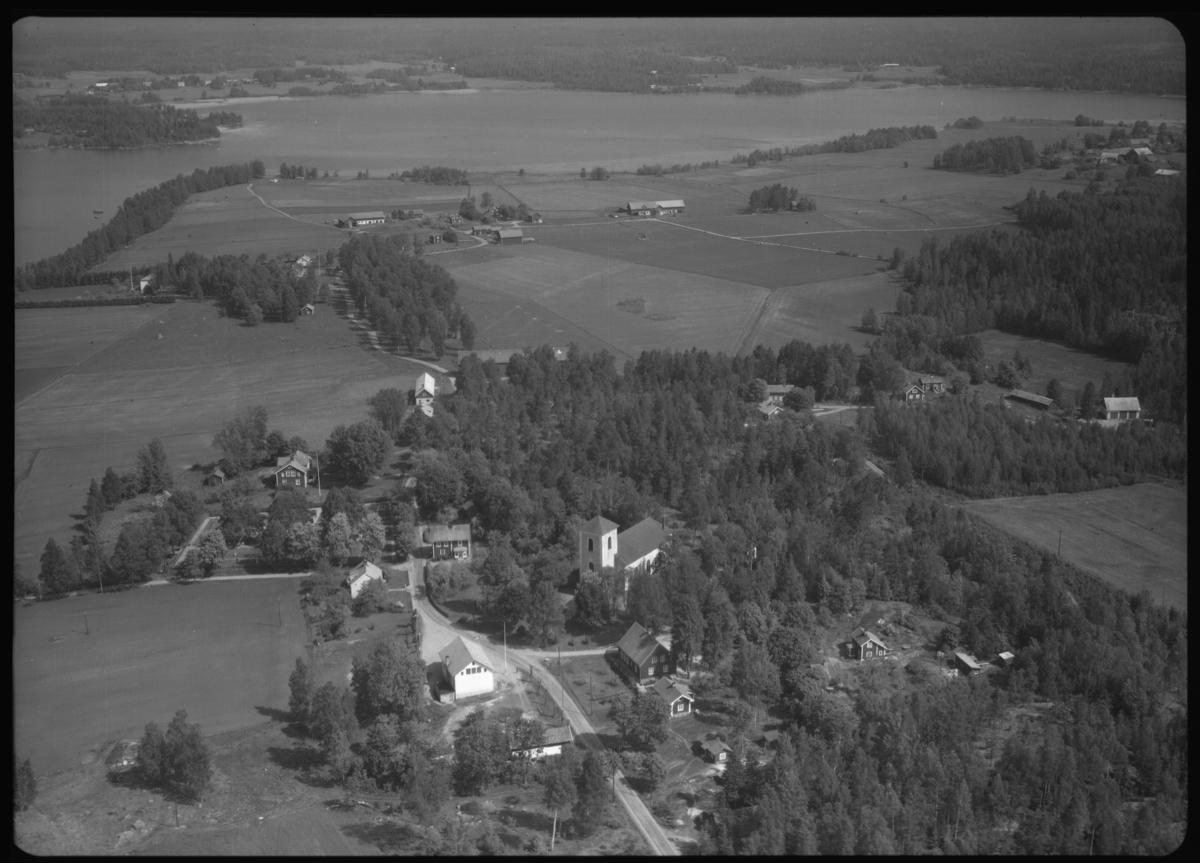 Flygfoto över Västra Skedvi kyrka, Västra Skedvi. Tagen 1965 av AB Flygtrafik Dals Långed.