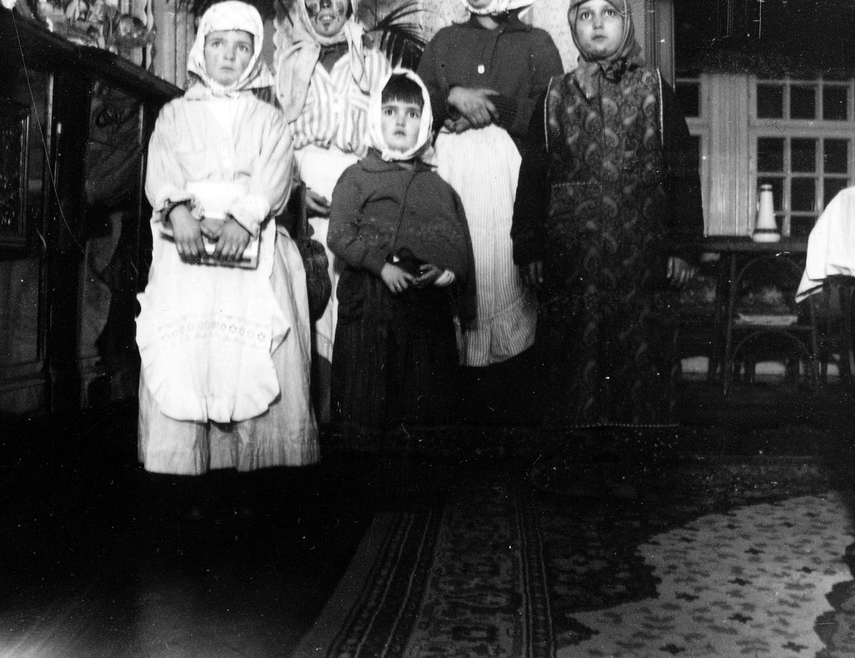 Fem stycken barn utklädda till påskgummor.