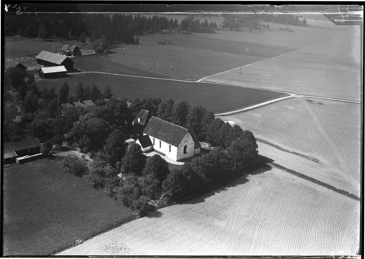 Flygbild över Säby kyrka, Säby. Tagen av Ahrenbergsflyg.