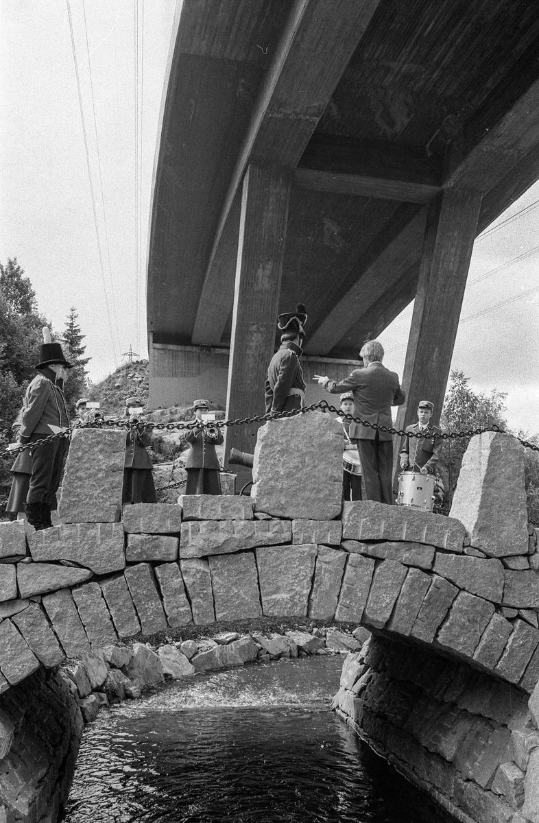 Åpningen av den nye steinvelvbroen over Dalsbekken, grenseskillet mellom Ski og Ås.