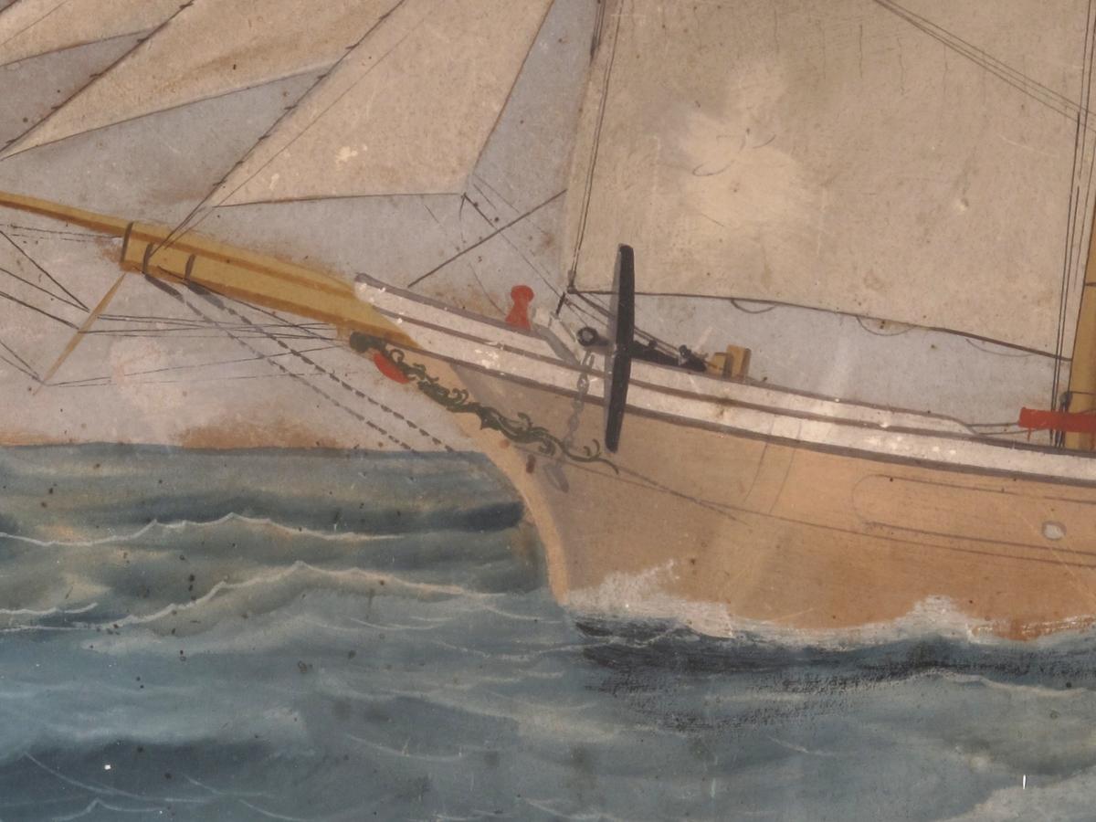For fulle seil, kurs mot venstre, unionsflagg  under gaffelen.