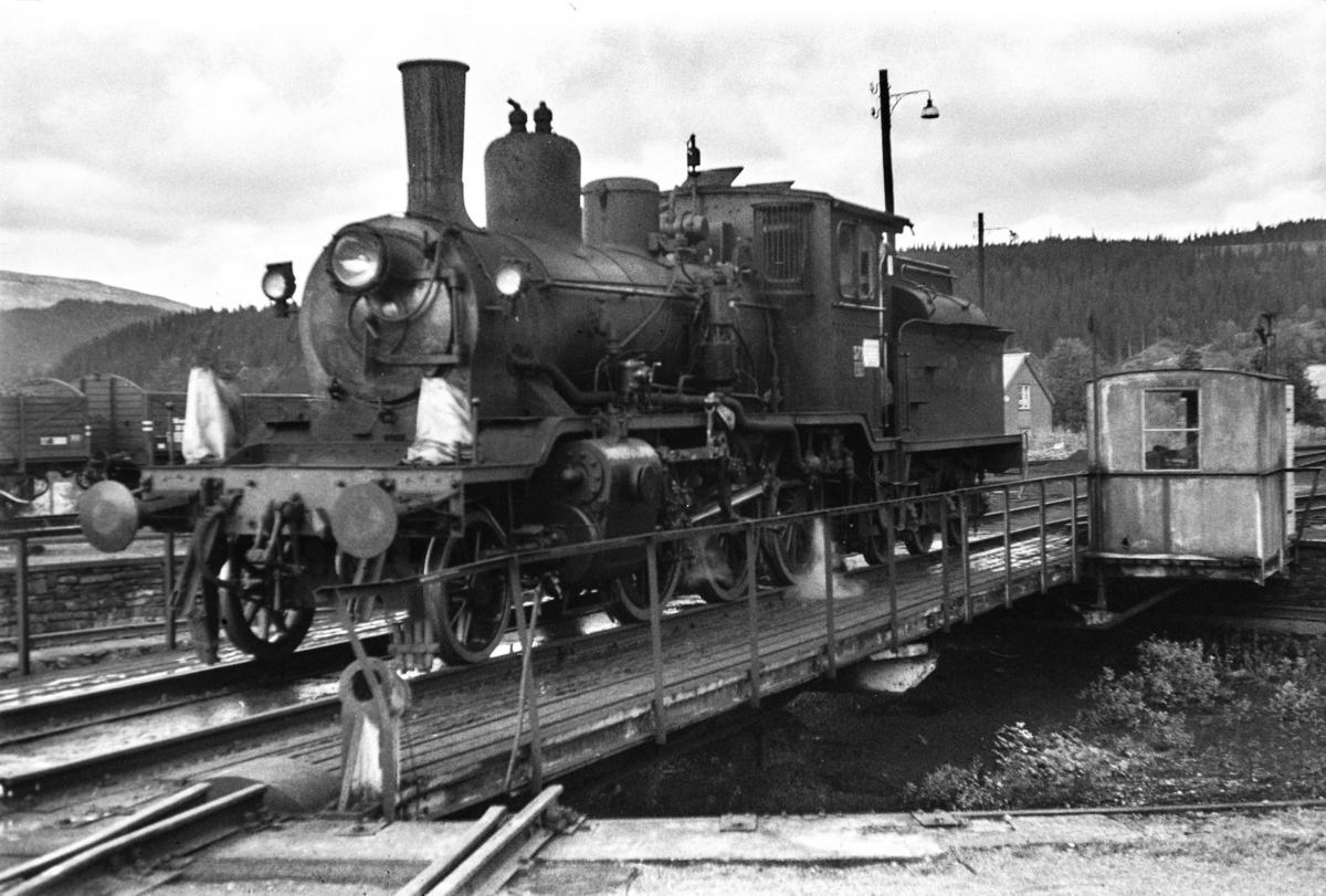 Damplokomotiv type 21c nr. 377 på svingskiven på Grong stasjon.