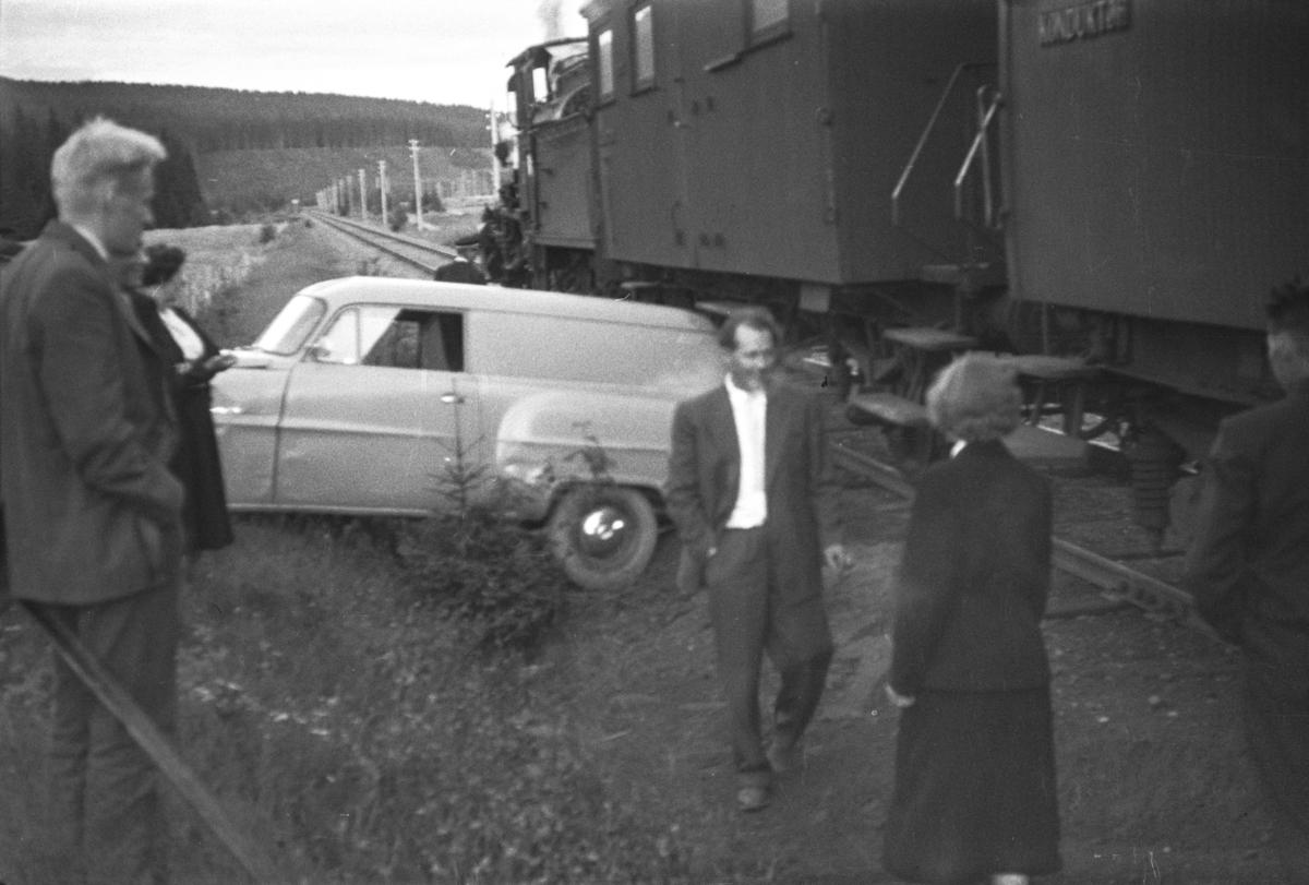 Persontog fra Namsos til Grong har støtt sammen med en bil på planovergangen ved Skogmo. Toget trekkes av damplokomotiv type 21c nr. 377.