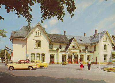 Fredrikstad jernbanestasjon, postkort ca. 1957-60. Nærmeste bil er en Fransk Ford Vedette 1955-57 eller Simca Ariane 1957-61. Bak: Opel Kaptein (Kapitän) 1956-57.. Foto/Photo