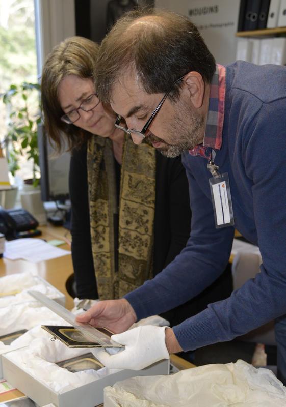 Fotokonservator Wlodek Witek demonstrerer arbeidet for leder av billedarkivet, Kari Grindland.