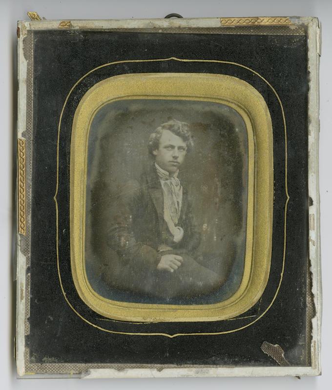 Daguerreotypi, portrett av ung mann. Innrammingens stil og dekor tyder på at bildet kan dateres til 1850-1865.