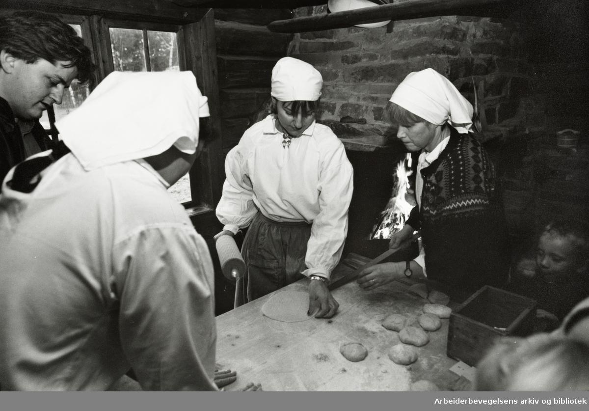 Bygdøy Folkemuseum. Julemarked. Lefsebaking. Fra v.: Hege Steen, Lisbet Rudi Jansen og Sidsel Wohlen. 7. desember 1992