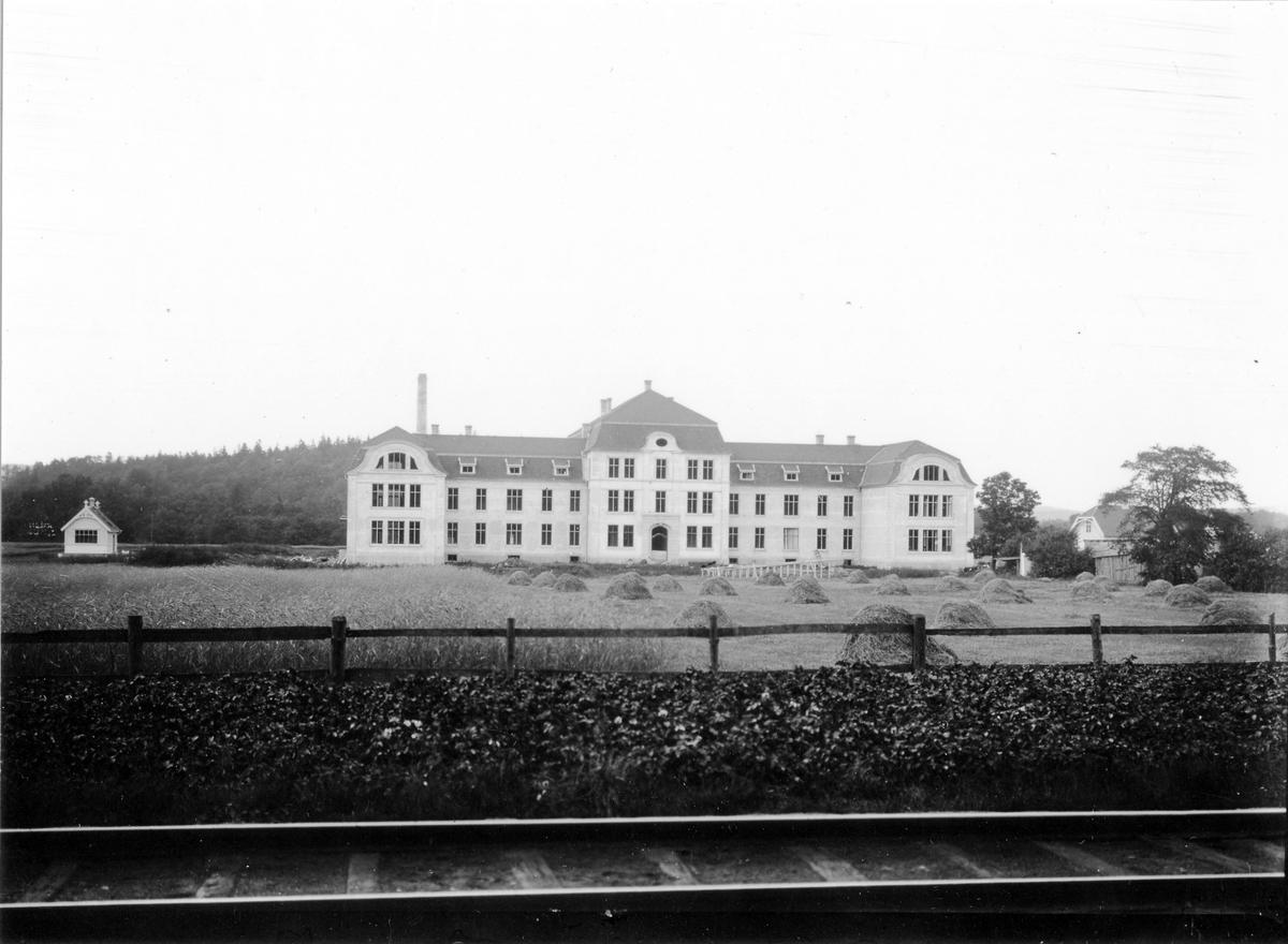 Bilden är tagen från nuvarande Konduktörsgatan mot norr och visar Alingsås lasarett.