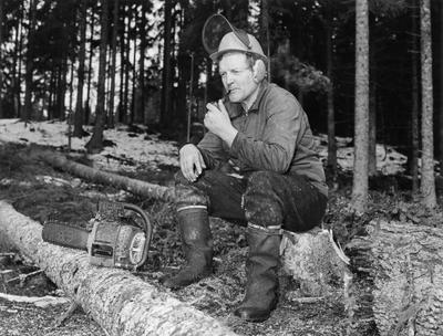 Hans Børli på arbeid i skogen med sin Jobu motorsag.