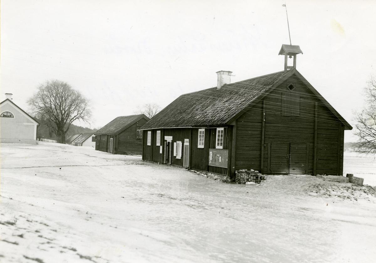 Kolbäck sn, Strömsholm. Ridskolan, Hingstdepån. Hus vid vägen mot Borgåsund.