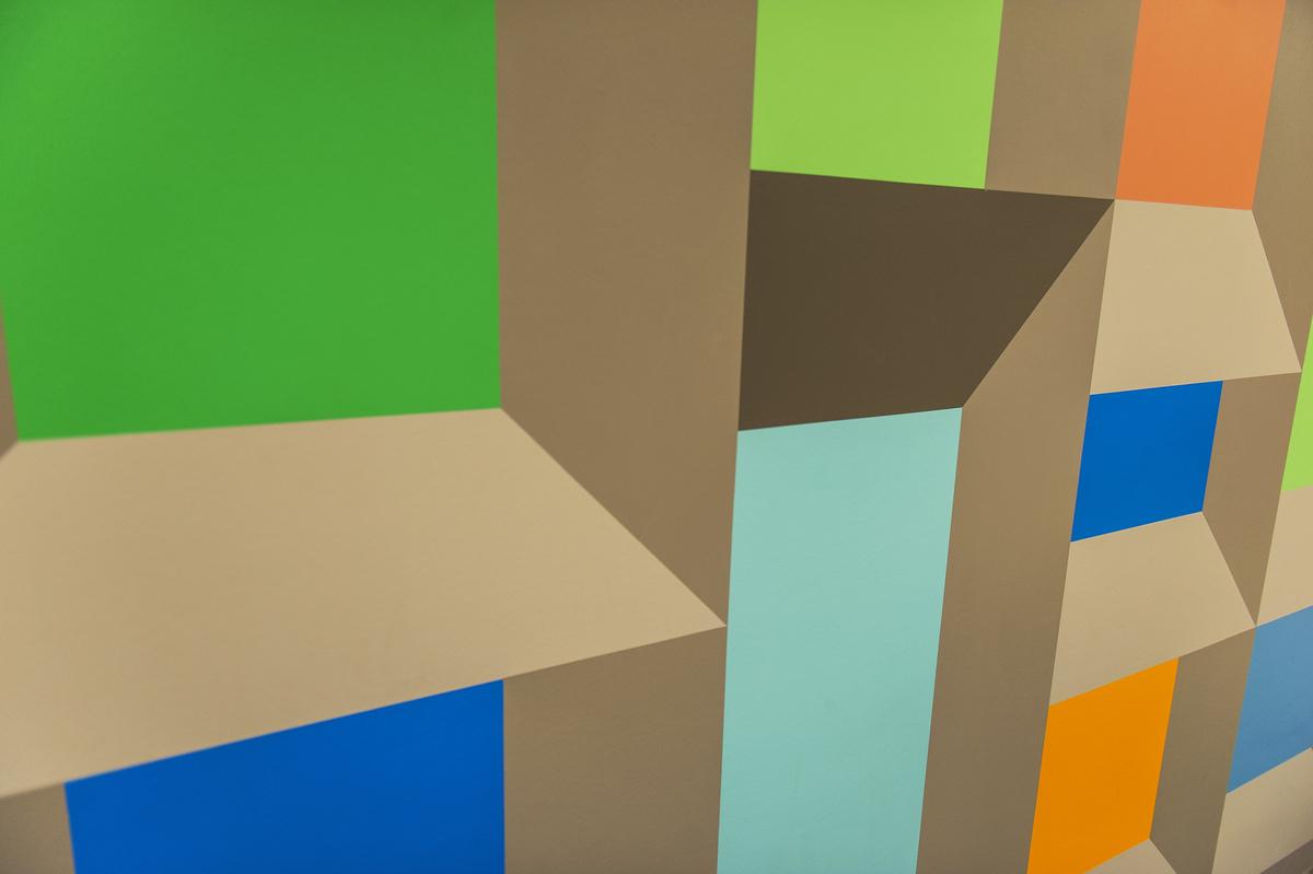 Geometriske former i ulike farger malt rett på vegg.