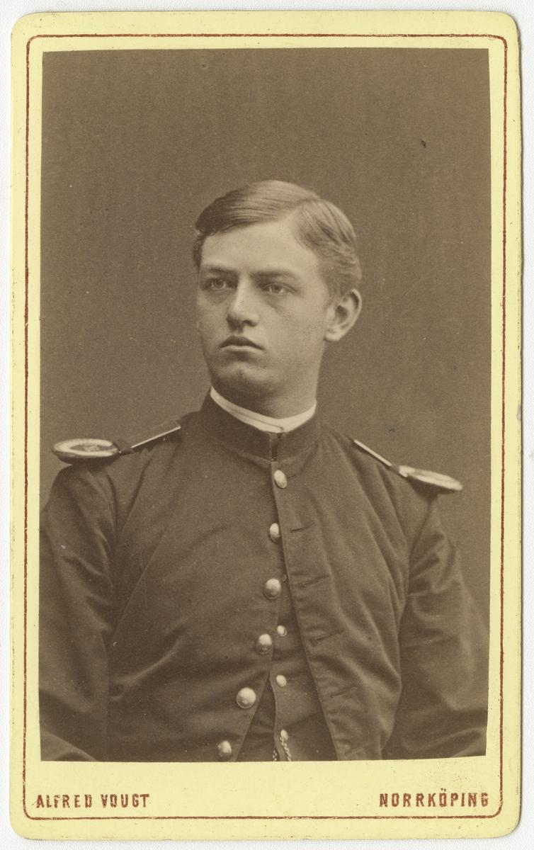 Porträtt av Carl Johan von Koch vid Krigsskolan Karlberg.  Se även bild AMA.0007709 och AMA.0008329.