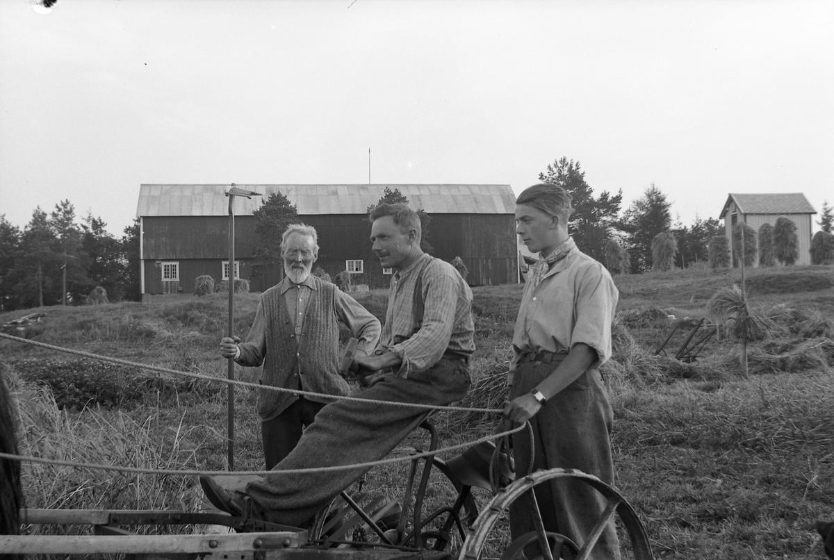 Lærer Nesheim med far og sønn på Nypan