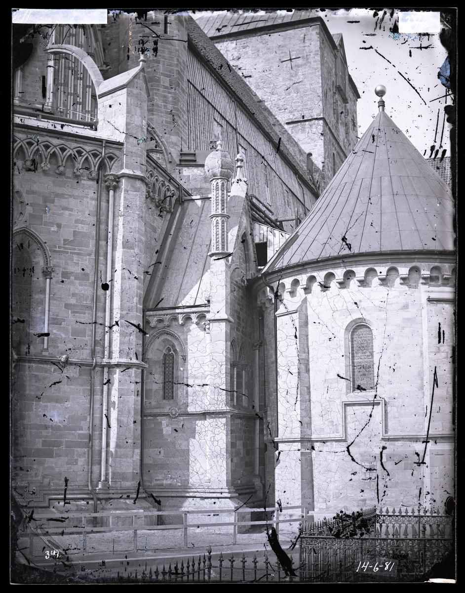 Oktogonen, nordre oktogonkapell og kapittelhuset (skrudhuset/mariakapellet) i Nidarosdomen etter restaurering. Kirkegården i forgrunnen. Korets klerestorium og triforium under restaurering under midlertidig tak.