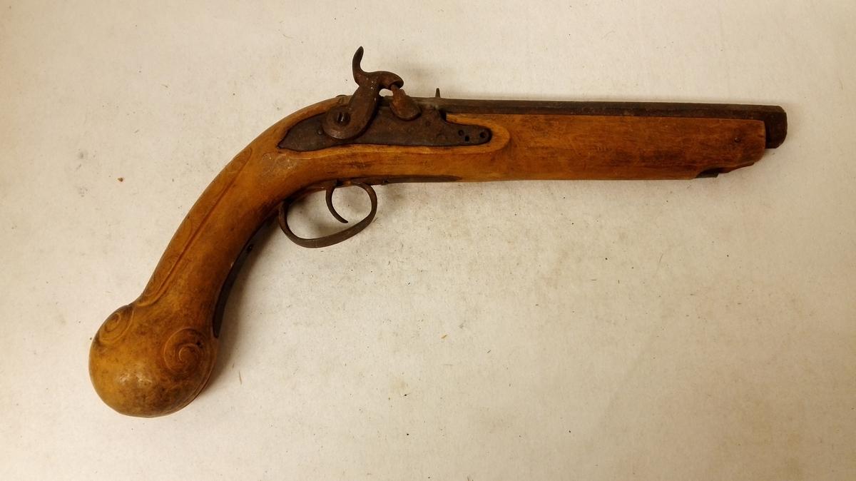 3 pistoler  (3712 - 3714) Alle er nu munladningspistoler, men mente sælgeren at ialfald no 3712 oprindelig hadde vært flinte- laaspistol. Alle er glatløbede og forsynet med helskjæfte. 3712: Glatløbet kavaleripistol fra første halvdel av 1800- tallet. Ladtein mangler. Skjæftet av birketræ, lang nedover- bøiet kolbe endende i kule. Kolben forsirt med utskaarne ranke- ornamenter. Løbet, (pipen) der har en indvændig diameter av FORTSET I KATALOG NR. 3712 * FORTS. AV 3712: 20 mm er 26 cm langt og er saavel den som laaset umærket. Kjøpt av gaardbr. Bjørn K. Gjeithus, Arnefjord.