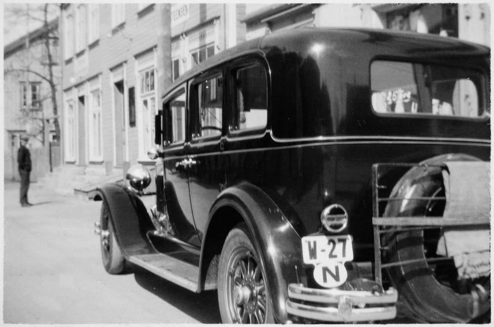 Nash 1930 i Sjøgata (antatt). W-27 var registrert på drosjesjåfør Gunnar Wikborg Vik.