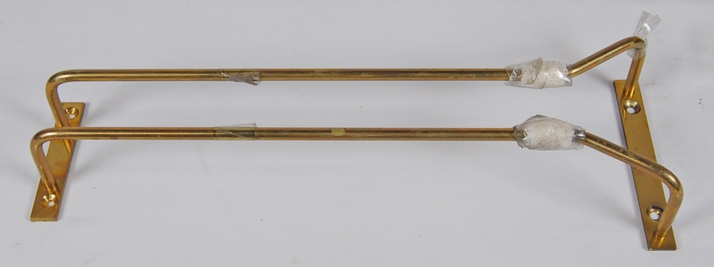 Glashållare eller glashängare, av mässingsrör med fäste i varje ände som ska skruvas fast i tak med två skruvar. Hållarens skenor är tejpade vid slutet för att glasen inte ska glida av under tågets rörelser.  Historik: Kommer från en R12-vagn som gjordes i ordning som barvagn under 1990-talet.