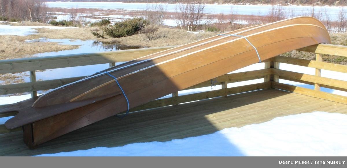 Elvebåt med styreåre, 2 stk roårer og 3 sitteplater.