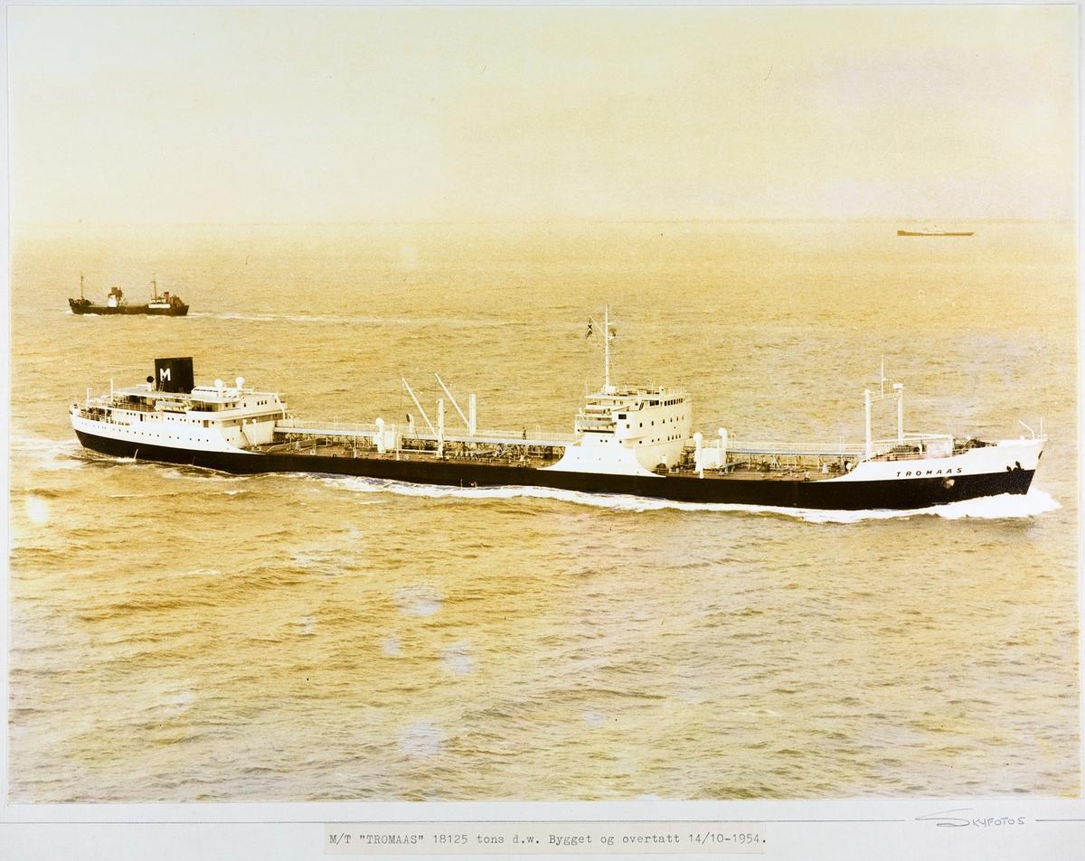 Flyfoto i sort-hvitt, av motortankeren MT Tromaas, tilhørende Mørlands rederi i Arendal. Skipet beveger seg mot høyre i bildet.